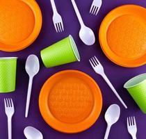 Kunststoff orange grüne Abfallsammlung auf lila Hintergrund foto