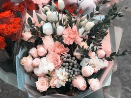 schöner Hochzeitsbrautstrauß im rustikalen Stil mit Rosen und Zierpflanzen foto