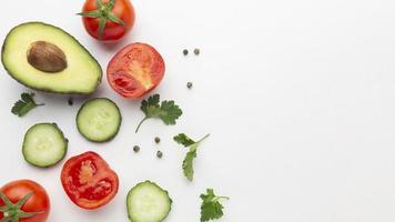Draufsicht von Obst und Gemüse auf weißem Hintergrund foto