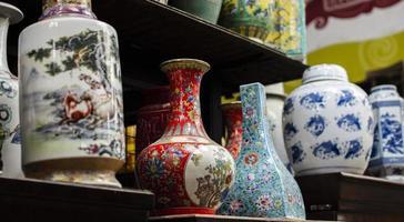 Anordnung von Antiquitätenmarktobjekten foto