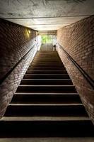 Treppe mit einem Geländer, das aus den Tiefen steigt foto