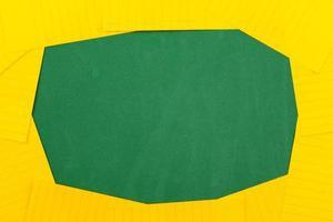 Ein orangefarbenes Blatt Papier liegt auf einer grünen Schulbehörde, die einen Rahmen für Text bildet foto