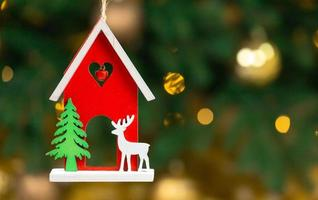hölzernes Weihnachtsspielzeughaus mit Hirsch foto