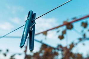 Outdoor-Wäscheleine mit hängenden Wäscheklammern foto