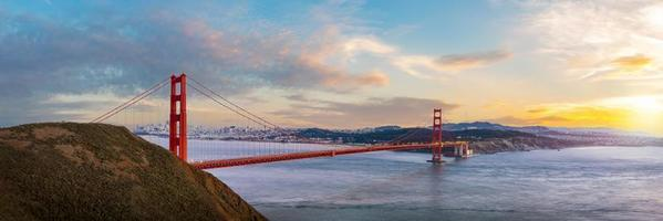 Panoramablick der Golden Gate Bridge auf Sonnenuntergangszeit foto