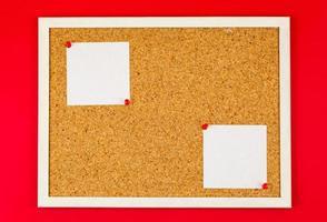 abstrakter Papiernotizstift auf Korkbrett foto