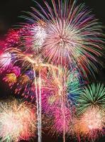 Feuerwerk über dem Himmel im Sommer foto