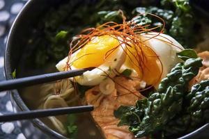 Ei auf Grünkohl und Ramennudeln foto