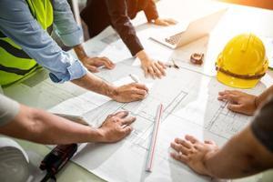 Team von Ingenieuren, die grafische Planung des Innenarchitekturprojekts zeichnen und mit talentierten Lehrern zusammenarbeiten, die Ratschläge geben, Arbeitskonzept foto