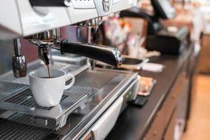 schwarzer Kaffee auf einer Kaffeemaschine am Morgen foto