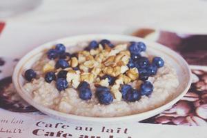 Frühstück Haferflocken mit Walnüssen und Blaubeeren foto