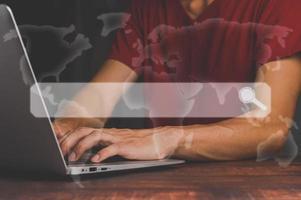 Suche beim Surfen im Internet Dateninformations-Netzwerkkonzept menschlicher Hand verwenden Laptop foto
