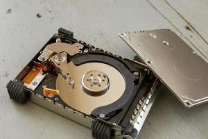 Nahaufnahme der kaputten und zerstörten Festplatte auf Holztisch foto