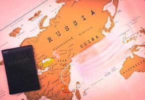 Karte mit Reisepass und Gesichtsmaske foto