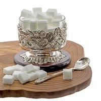 alte Zuckerdose aus dem Orient auf dunklem Holz lokalisiert auf Weiß foto