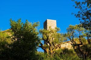 mittelalterlicher Turm in den Hügeln von Umbrien Italien foto
