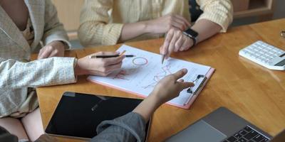 Junge Geschäftsleute treffen Konferenzdiskussion Unternehmenskonzept foto