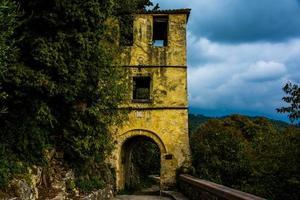 mittelalterlicher Turm auf den Hügeln von Vittorio Veneto, Treviso, Veneto, Italien foto