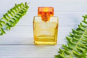 eine goldene Parfümflasche auf einem weißen Tisch foto