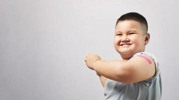 Hand nach dem Impfstoff mit Gips zeigen foto