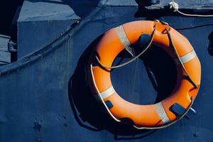orange Rettungsring auf dem Schiff foto