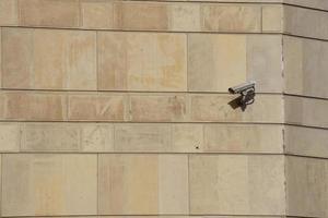 Überwachungskamera an der Wand des Gebäudes foto
