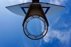 Straßenbasketballkorb und blauer Himmel foto