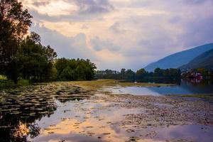 Reflexionen über den See mit Seerosen foto