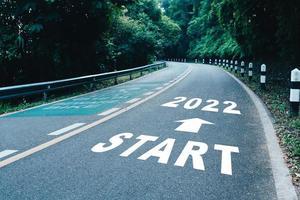 Startlinie bis 2022 auf der Straße in Holz der Beginn einer Reise zum Ziel in Geschäftsplanungsstrategie und Herausforderung oder Karrieremöglichkeit foto