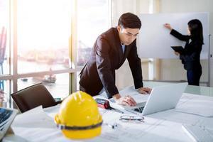 Beratung für einen Geschäftsmann und eine Geschäftsfrau unter Berücksichtigung eines Geschäftsplans im Büro foto