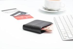 Geldtasche mit Tastatur auf weißem Hintergrund foto
