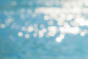 unscharfer Hintergrund von der Reflexion des blauen Wassers im Fluss foto