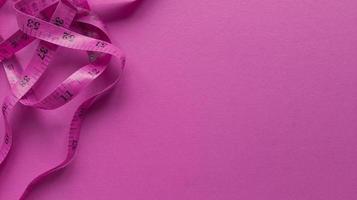 rosa Zentimeter auf rosa Hintergrund einfache flache Lage mit Pastell Textur Fitness-Konzept Stock Foto