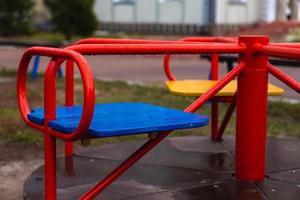 leere rote Kinderschaukel foto