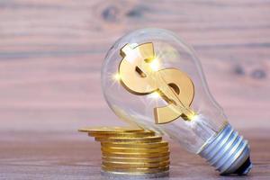 Energiesparende Glühbirne mit Geld- und Geschäftswachstumskonzept und neuen Ideeninnovationen foto