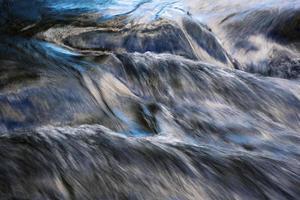 blaue Reflexion des Himmels auf einem fließenden Fluss foto
