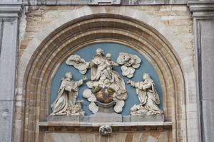 Basrelief über den Eingangstoren der Kirche St. Paul mit dem Bild des Heiligen Antwerpen-Belgien foto
