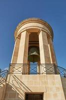 Belagerungsglockenkriegsdenkmal des Zweiten Weltkriegs vom unteren Standpunkt aus in den unteren Barrakka-Gärten Valletta Malta foto
