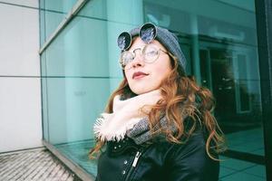 junge kühle Frau, die den Tag im Freien genießt foto