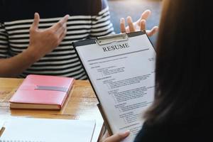 Fokus Lebenslauf Dokument mit HR-Diskussion Vorstellungsgespräch mit Antworten von Frauen, die sich um eine Stelle bewerben foto