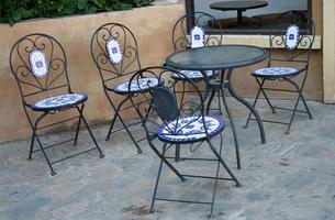 Tische und Stühle im Freien foto