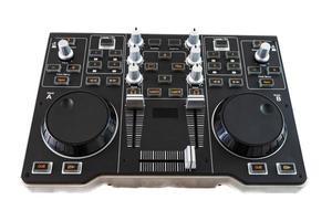 tragbarer DJ-Steuermischer auf weißem Hintergrund foto