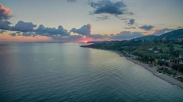 Seelandschaft aus einer Höhe mit Blick auf das Dorf und das Meer in neuen Athos foto