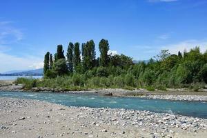 Naturlandschaft mit Blick auf den ins Meer fließenden Fluss foto