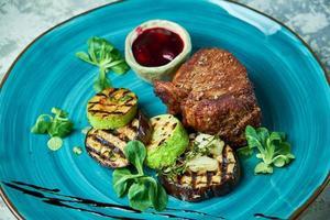 Steak mit Grillgemüse und Loganbeersauce foto