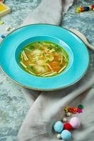 Hühnersuppe auf einem schönen strukturierten Hintergrund schöne Portion von Gerichten foto