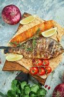 Gegrilltes Dora-Fisch-Lachs-Steak auf einem Holzbrett foto