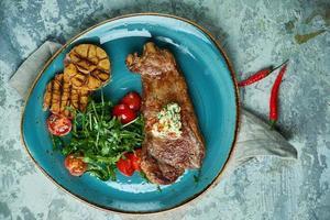 Steak mit Gemüse und Salat mit geröstetem Knoblauch foto