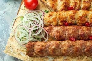 Fleischplatten mit Grill und Kebab auf grauem Hintergrund foto