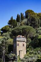 portofino, italien, 2021 - alter turm auf einem hügel foto